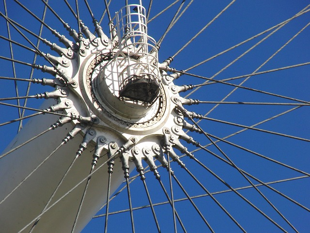 spaken van een reuzenrad steken af tegen ene blauwe lucht