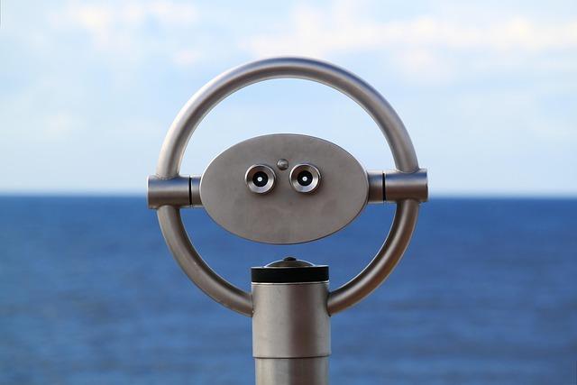 periscoop kijkt uit horizon (zee en blauwe lucht)