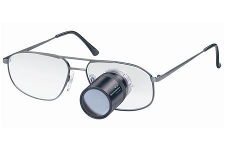 Een van de vele hulpmiddelen: bril met heldere glazen en telescoop: