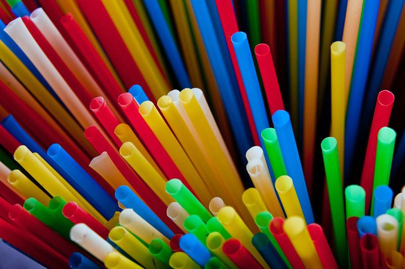 tientallen rietjes in bonte kleuren