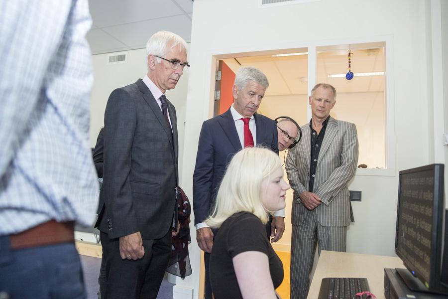 Minister Plasterk kijkt hoe een slechtziende vrouw met de computer werkt