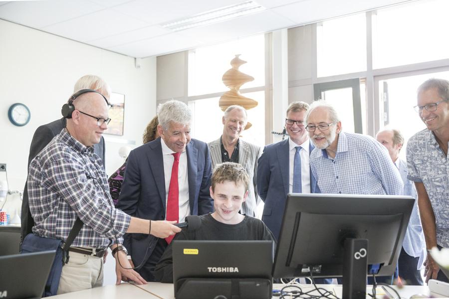 Jongen met visuele beperking toont minister Plasterk hoe hij op de PC werkt