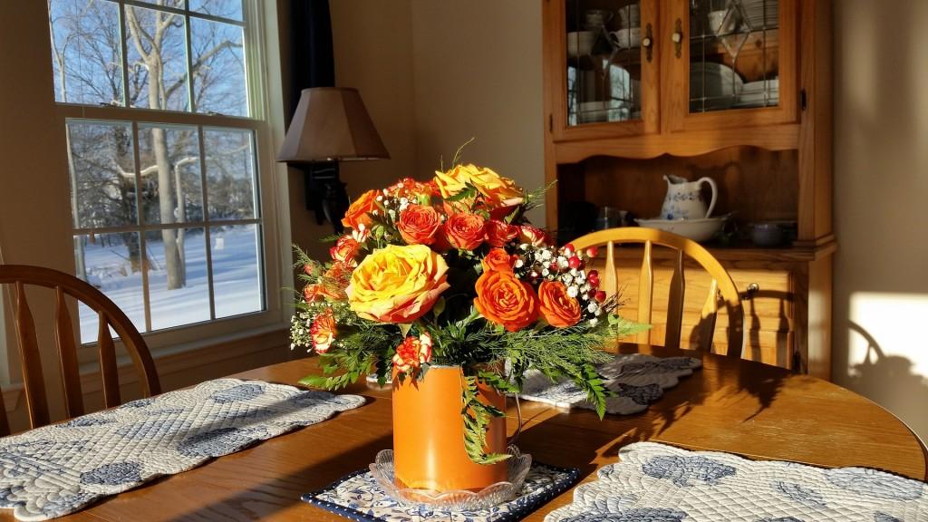 Afbeelding: Keukentafel met bosje bloemen.
