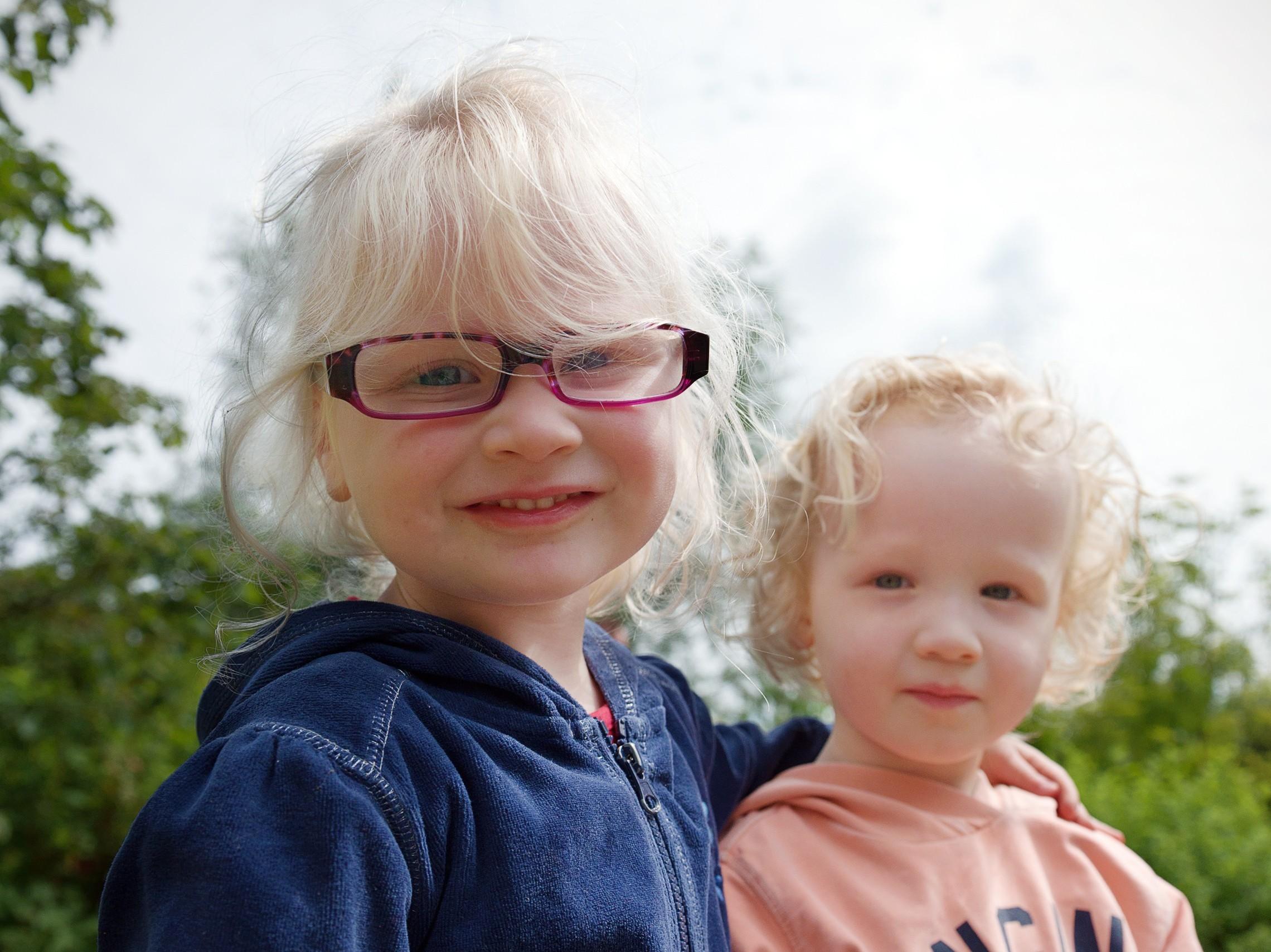 twee kinderen met een visuele beperking
