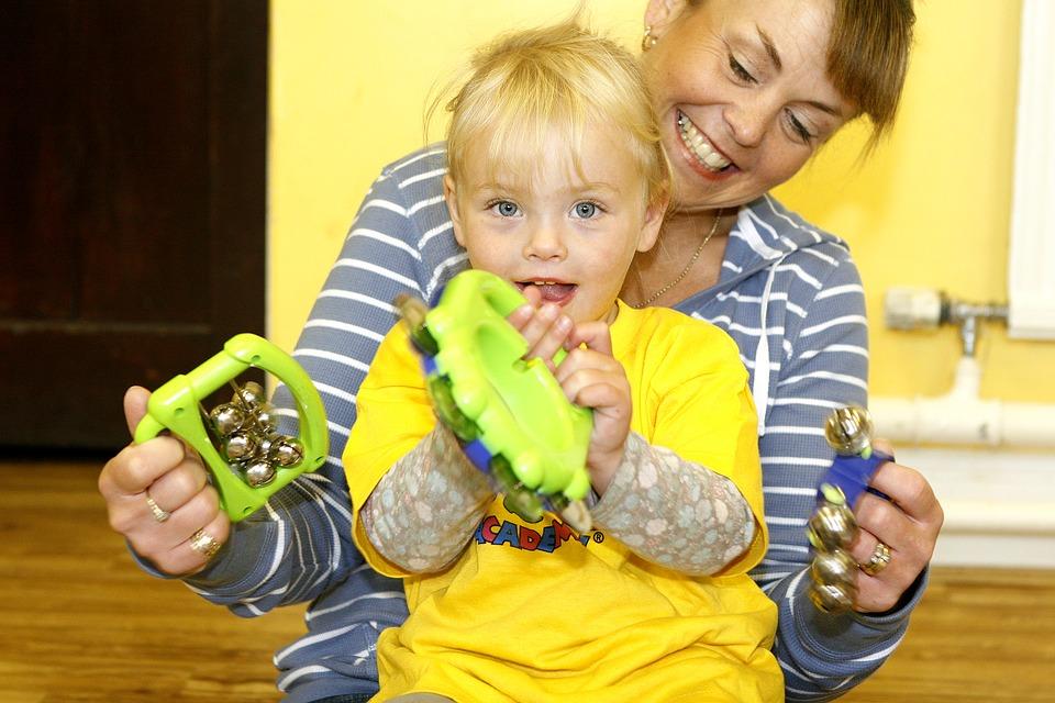 Kind en ouder met muziekinstrument. Foto: Pixaby.com