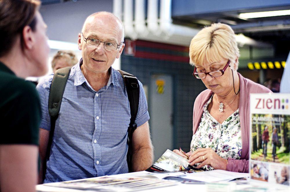 Bezoekers van de Oogstraat op de 50PlusBeurs in gesprek