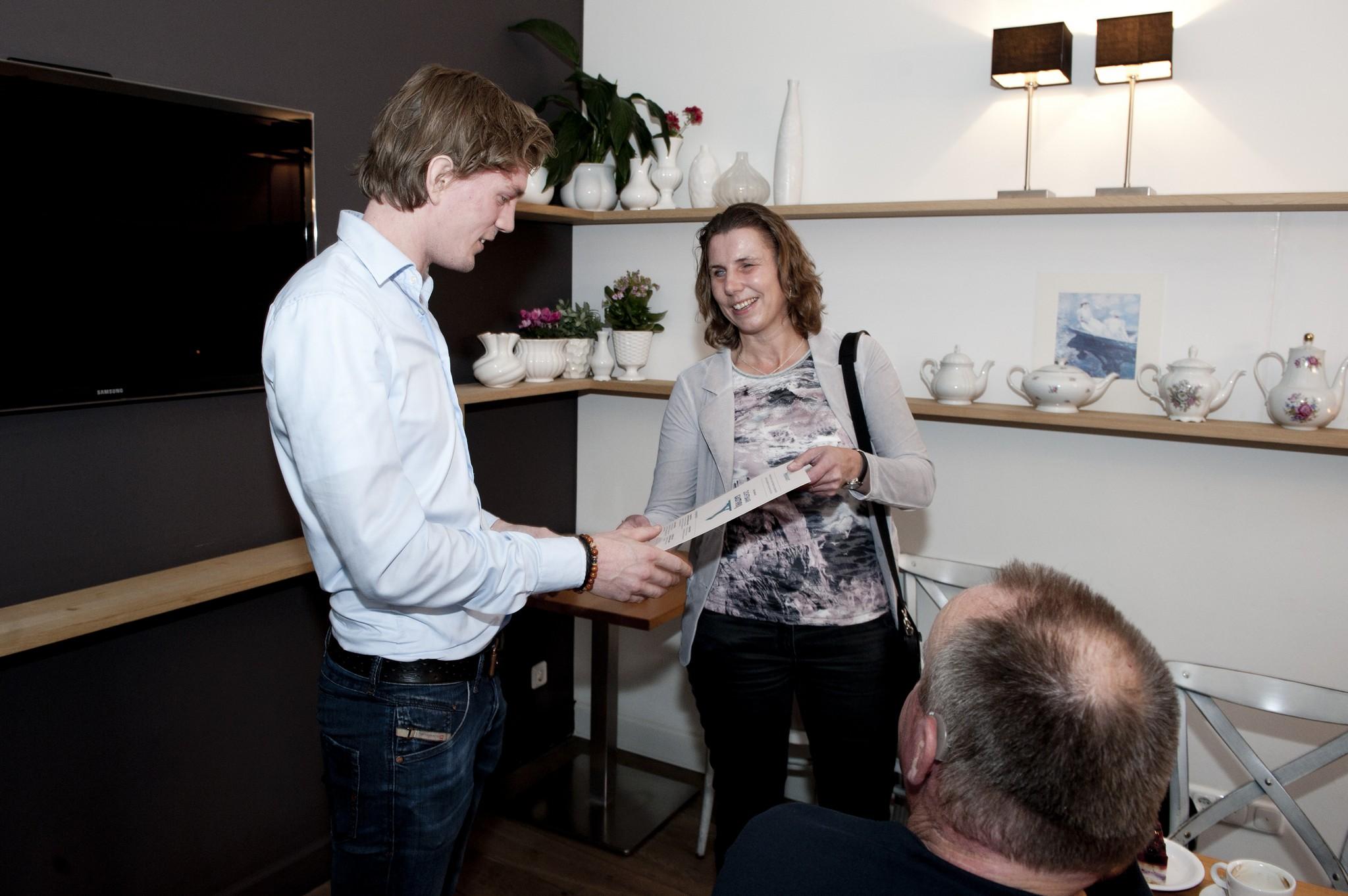 Anita Beenen overhandigt menukaart aan Michiel Wijermars