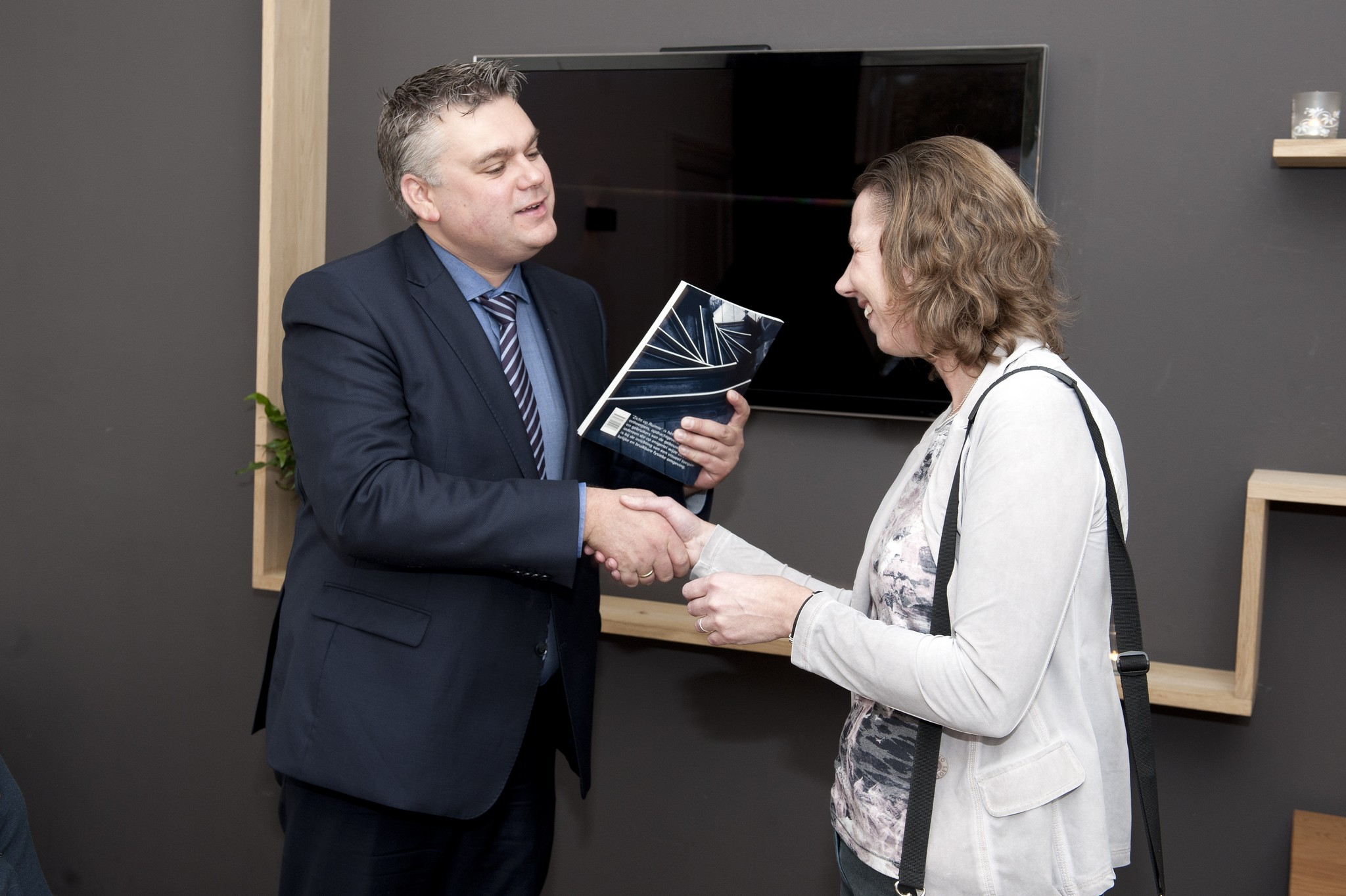 Anita Beenen overhandigt boek aan Ed Anker
