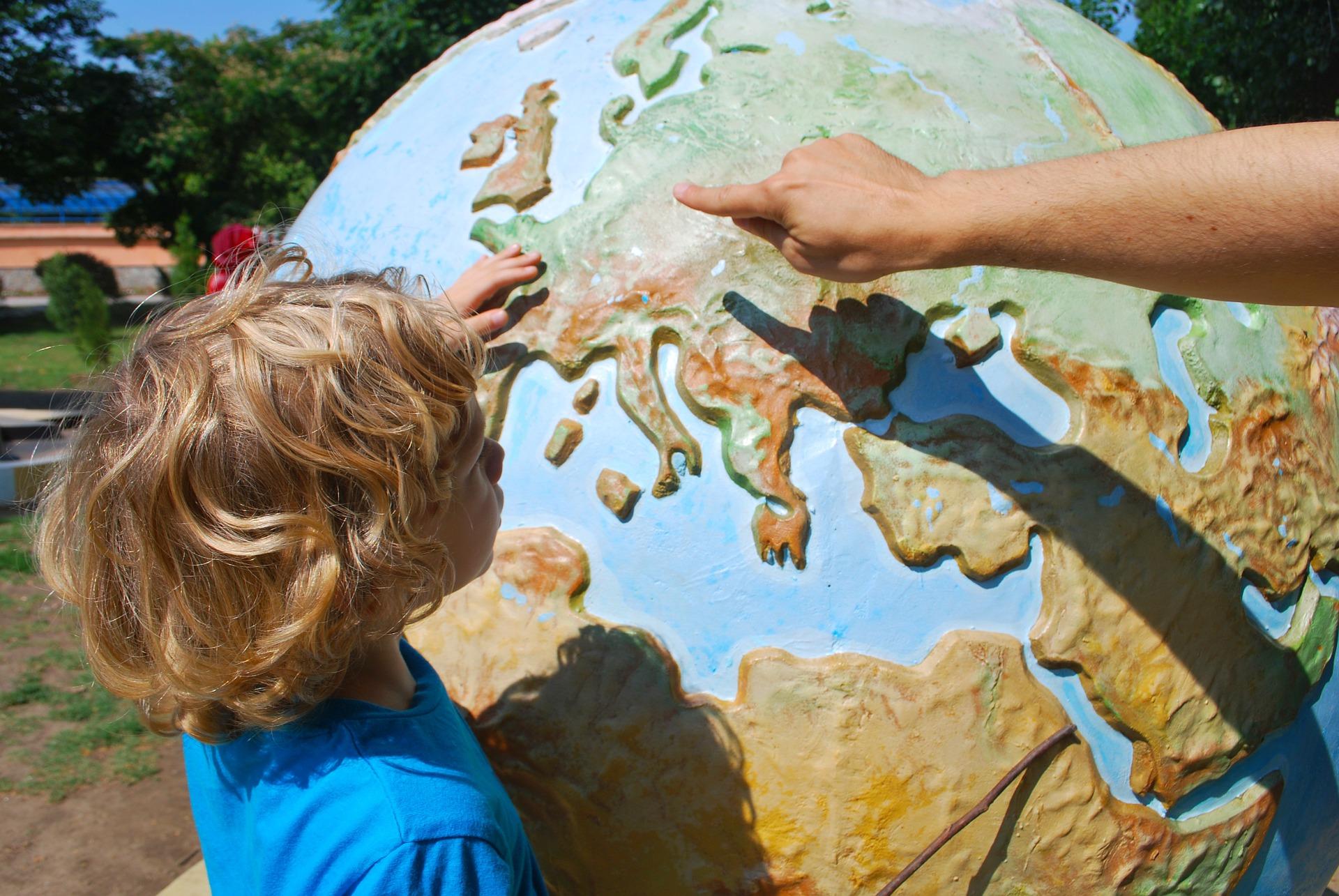 Kind met wereldbol