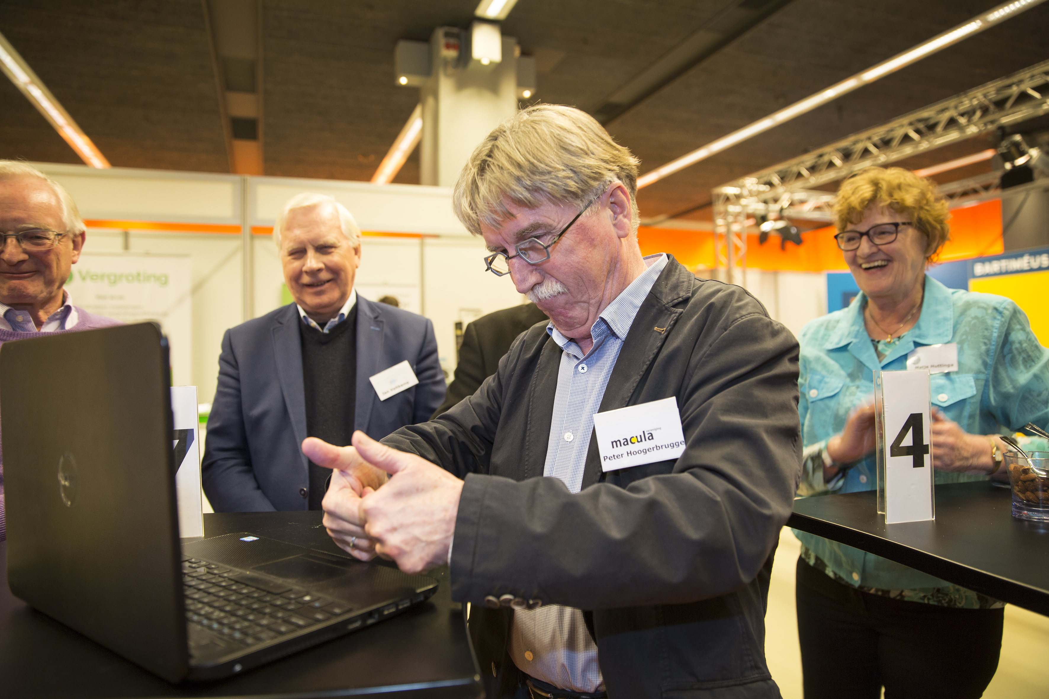 Peter Hoogerbrugge verzendt handtekeningen hulpmiddelenpetitie.