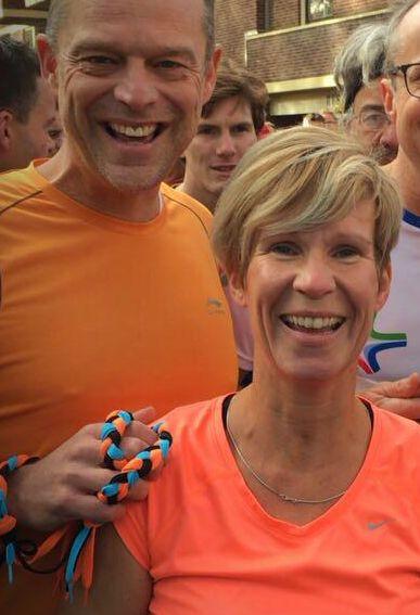 Tanja van Sambeek is tijdens het hardlopen met een touwtje verbonden aan haar echtgenoot Guido