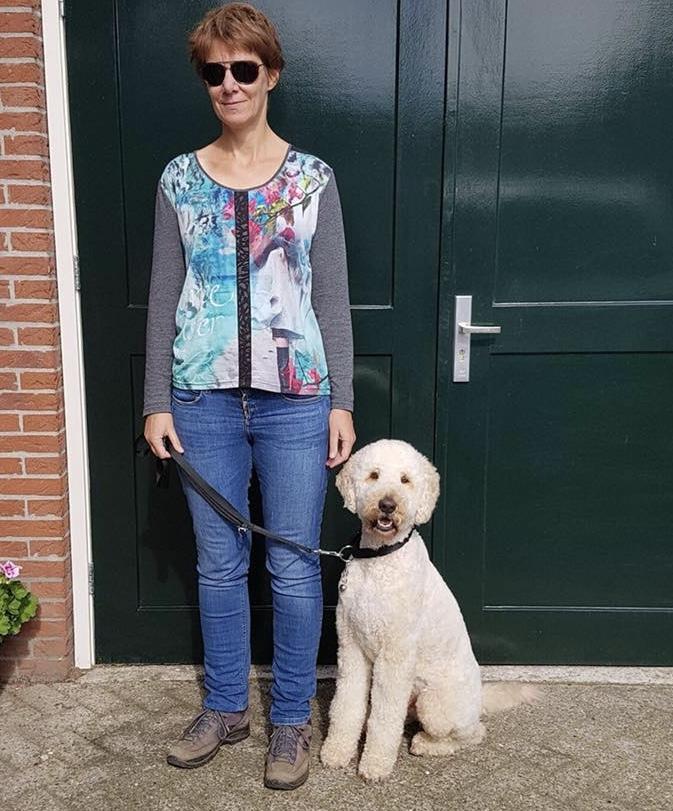 Joke Peppelman met haar geleidhond Bobbie