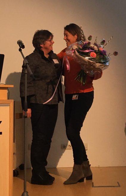 Nicoline Schalij kreeg in 2019 de ODAS-kinderoogheelkundeprijs. Floor Tukkers (rechts) biedt haar bloemen aan namens de werkgroep kinderoogheelkunde.
