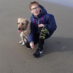 Noël van Ees met zijn hond op het strand.
