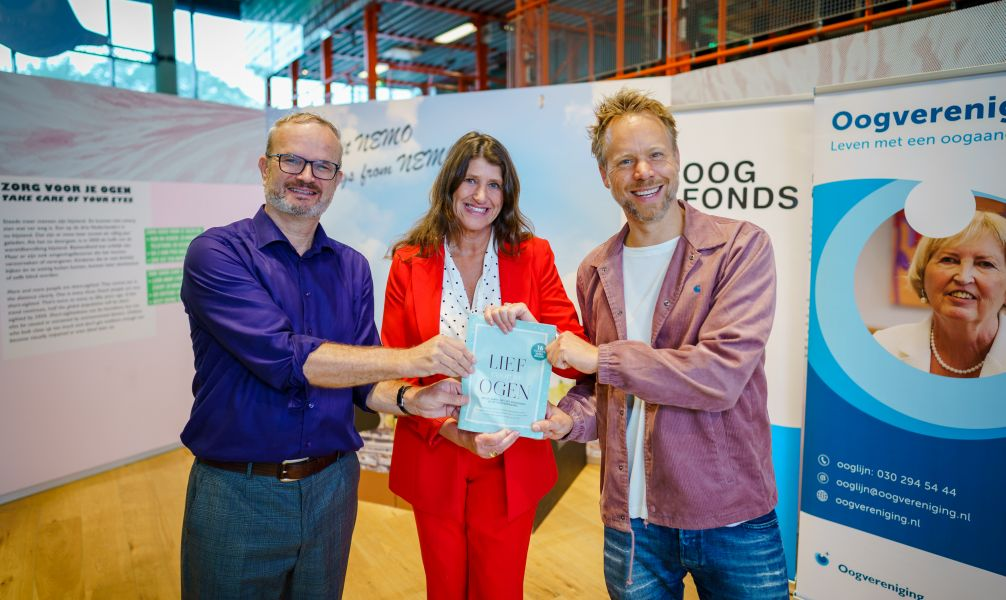 Luuk-Jan Boon, Monique van Bijsterveld en Diggy Dex houden samen de Libelle-bijlage vast